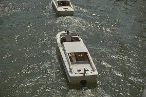 Pursuit between motorboats