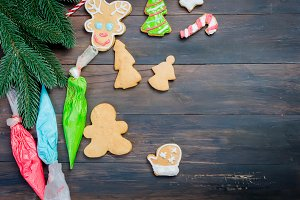 ecorating a christmas gingerbread  c