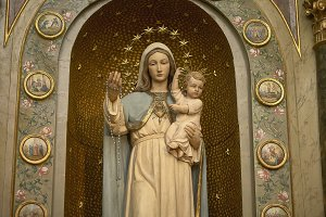 Statue of Mary holding a baby Jesus