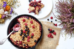 Berry crumble in the black cast-iron