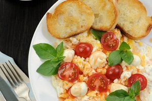 Scrambled eggs with mozzarella
