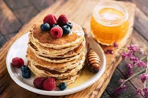 Oat pancakes with berries and honey