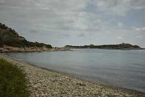 The pebble beach in the south of Sar