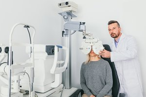 Eye doctor checking patient's eyes o