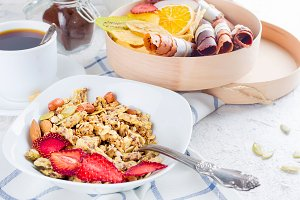 granola  with fruit, chips and coffe