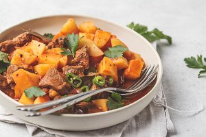 Spicy beef stewed with potatoes