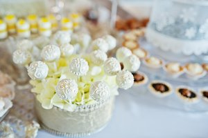 Wedding cakes and candies on recepti