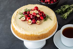 Classic cheesecake with cranberries