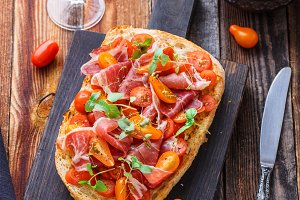 Bruschetta with prosciutto, tomato