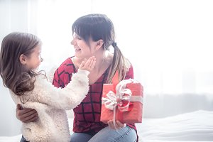 Christmas concept, the Daughter give