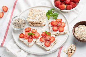 Rice crispbread with strawberries