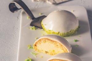 Sponge cakes in yogurt glaze