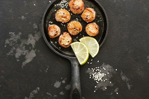 Fried scallops sprinkled with sesame
