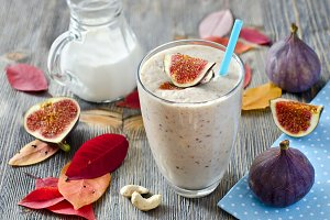 Smoothie with figs and cashews