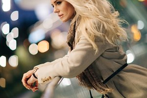 Photo side of blonde in coat and