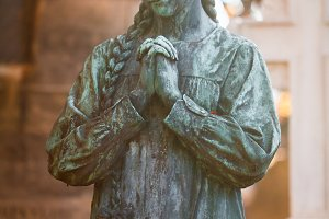 Statue of a praying girl