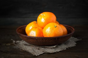 Tangerines in a plate.