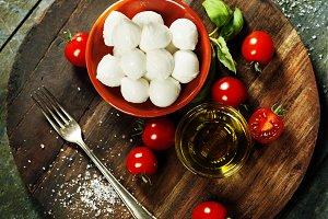 Cherry tomatoes, basil leaves, mozza