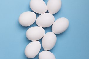 White eggs and eggs on the blue