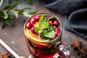 Hot spicy cranberry mulled wine