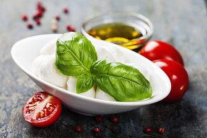 Mozzarella with tomatos and basil le