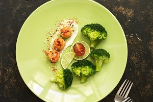 Fried scallops with broccoli, lime