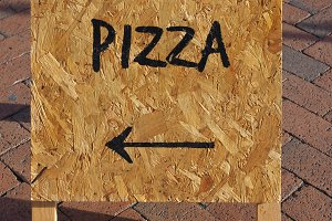 Pizza sign with direction arrow