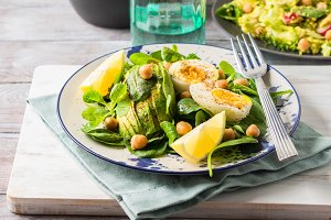 Avocado spinach salad with chickpeas