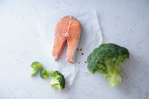 Salmon steak with broccoli