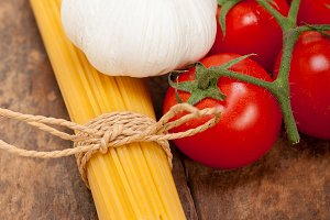 Italian simple tomato pasta ingredients 001.jpg