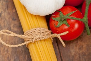 Italian simple tomato pasta ingredients 002.jpg
