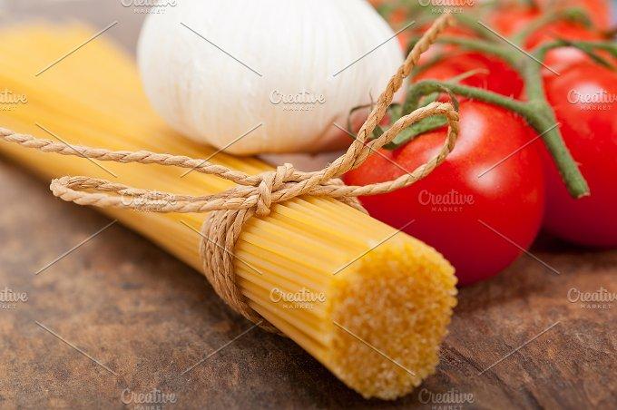 Italian simple tomato pasta ingredients 003.jpg - Food & Drink