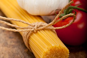 Italian simple tomato pasta ingredients 005.jpg