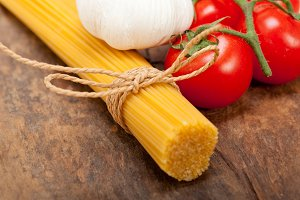 Italian simple tomato pasta ingredients 004.jpg