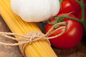 Italian simple tomato pasta ingredients 006.jpg