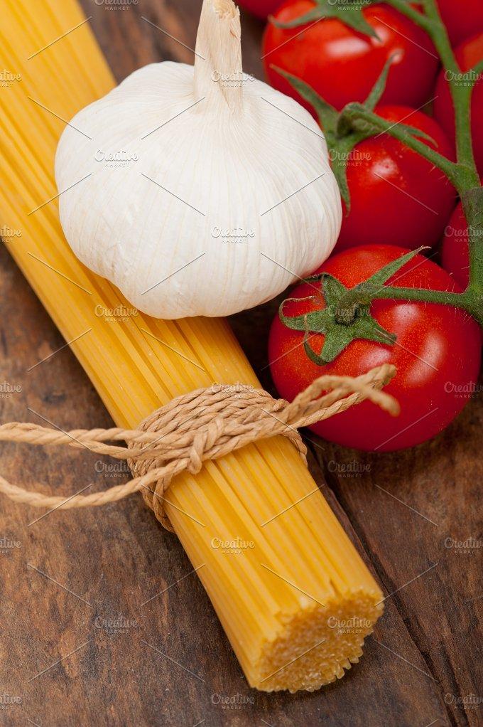 Italian simple tomato pasta ingredients 010.jpg - Food & Drink