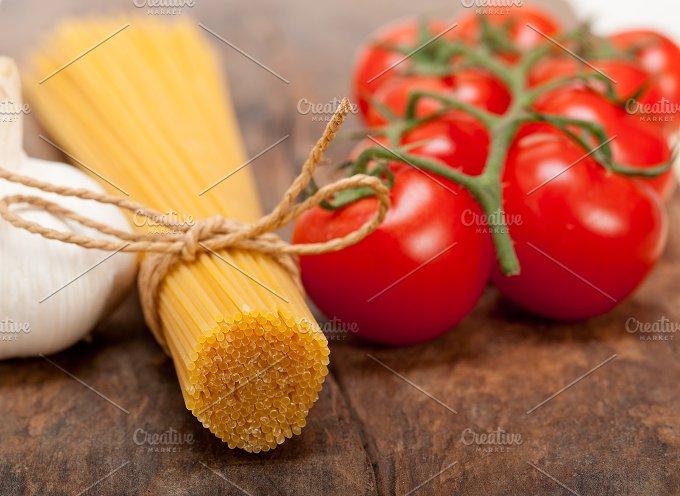 Italian simple tomato pasta ingredients 014.jpg - Food & Drink