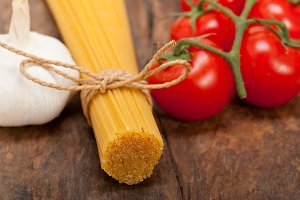 Italian simple tomato pasta ingredients 015.jpg