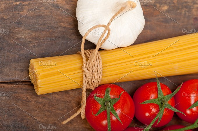 Italian simple tomato pasta ingredients 022.jpg - Food & Drink