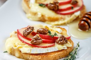 Bruschetta with Camembert and apples