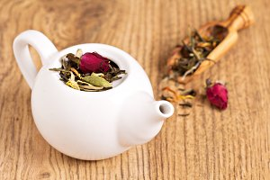 Green tea with fruits and spices