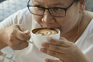 woman drinking coffee in the coffee