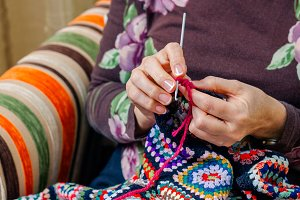 Hands of woman knitting a vintage wo