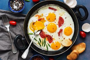 Fried eggs with tomato and green