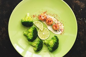 Fried scallops with sauce, broccoli