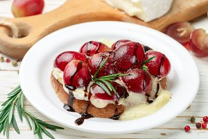 bruschetta with brie and grapes