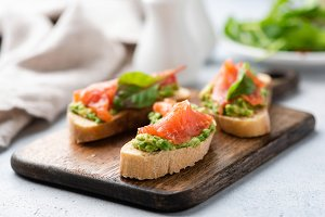Avocado and smoked salmon on bread
