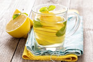 Tea with mint and whole lemon