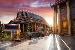 Wat Phra Kaew in Bangkok at sunset