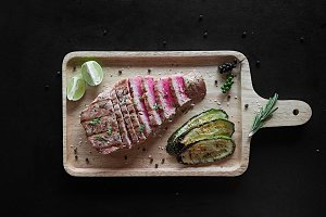 Grilled tuna steak with spices and